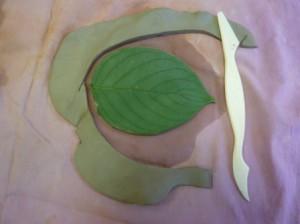 Лепка из глины листика-подсвечника 3