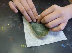 Лепка из глины листика-подсвечника 5