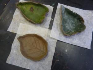 Лепка из глины листика-подсвечника 6