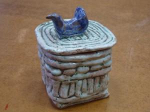 шкатулка с крышкой из глины